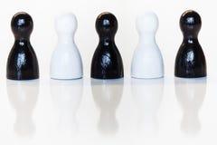 Estatuillas blancos y negros del juguete, concepto de la diversidad Fotografía de archivo libre de regalías