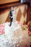 Estatuillas clásicas en un pastel de bodas los recienes casados Foto de archivo