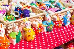 Estatuillas coloridas del conejito de pascua en el mercado Fotos de archivo libres de regalías