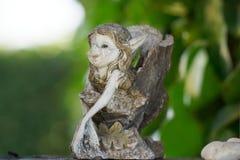 Estatuillas con daños, duendes muy encantadores de la porcelana del duende del vintage de la muchacha Fotos de archivo