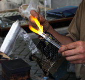 Estatuillas de cristal que soplan con la llama Imágenes de archivo libres de regalías