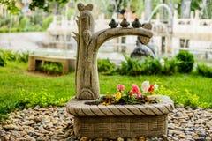Estatuillas de piedra de los pájaros que se sientan en una rama Foto de archivo libre de regalías