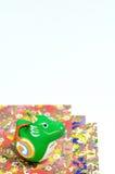 Estatuillas del dragón y papel alegre coloreado. Fotografía de archivo