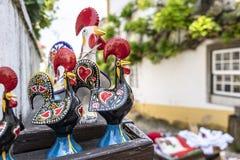 Estatuillas del gallo en una tienda turística en la ciudad medieval de Obid Imágenes de archivo libres de regalías