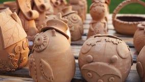 Estatuillas del pote de arcilla en el mercado almacen de metraje de vídeo