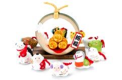 Estatuillas del zodiaco y de tres bolsos de oro del arroz de la paja. Fotos de archivo