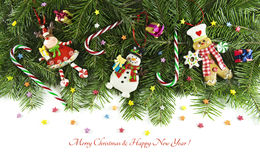 Estatuillas divertidas de la Navidad con los caramelos en conífera Imagen de archivo