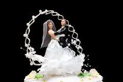 Estatuillas en una empanada de la boda foto de archivo
