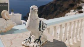 Estatuillas hechas a mano agradables del pájaro que adornan la ciudad de vacaciones griega vieja, patrimonio cultural metrajes