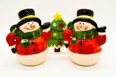 Estatuillas hechas a mano de los muñecos de nieve aisladas en el fondo blanco Decoración de la Navidad fotos de archivo