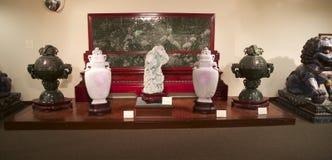 Estatuillas japonesas de la marfil y del mármol en la exhibición en un museo Fotos de archivo
