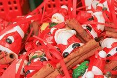 estatuillas miniatura de los regalos de Santa Claus en una cesta en la exhibición Fotos de archivo
