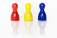 Estatuillas rojas, amarillas, azules del juguete Fotos de archivo libres de regalías