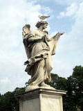 Estatuto do anjo com gaivota imagem de stock royalty free
