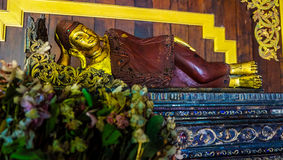 Estatuto pequeno do sono buddha Imagens de Stock