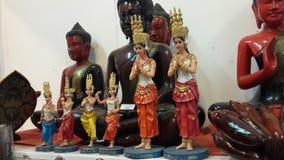Estatutos de madera de Apsara en mercado Foto de archivo libre de regalías
