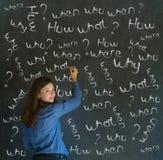 Mulher de negócio de pensamento com perguntas do giz Imagens de Stock Royalty Free
