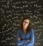 Mulher de negócio de pensamento com perguntas do giz Imagem de Stock Royalty Free