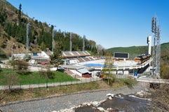 Estádio de Medeo Patinagem exterior da velocidade e pista arqueada em um vale da montanha Imagem de Stock