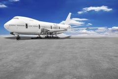 Este aeroplano está desmontado a las piezas básicas está realizando repa imagenes de archivo