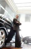 Este coche es perfecto para mí. El inclinarse mayor confiado del hombre de negocios Imagen de archivo libre de regalías