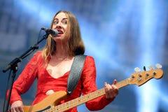 Este Haim, basowy gracz Haim zespół, występ przy Heineken Primavera dźwiękiem Zdjęcie Stock