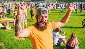 Este homem em um vencedor real Homem emocional com bigode e cabelo da barba na cara n?o barbeado Gritaria farpada feliz do homem  imagem de stock royalty free