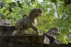 Este león de piedra por el lado de la escalera, se representa en la nota de diez rupias en Sri Lanka Imagen de archivo libre de regalías