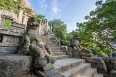 Este león de piedra por el lado de la escalera, se representa en la nota de diez rupias en Sri Lanka Imagen de archivo