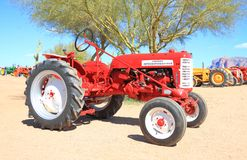 Tractor americano clásico: Máquina segador internacional Imagen de archivo