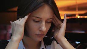 Este vídeo é aproximadamente próximo acima da opinião a jovem mulher que fecha seus olhos, toca em sua testa, tendo uma dor de ca filme