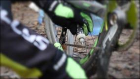 Este vídeo está sobre ciclista lubrica la cadena en un tren de la impulsión de la bici de montaña almacen de video