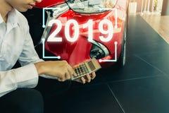 Este vendedor de la carrera que calcula en la calculadora fotografía de archivo libre de regalías