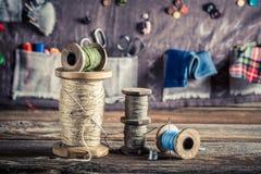 Esteira da costura feita dos botões, das agulhas e das linhas na oficina do alfaiate Fotografia de Stock Royalty Free