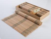 esteira de bambu ou esteira da cozinha em um fundo Imagens de Stock