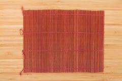Esteira de cozimento japonesa sobre a tabela de bambu Imagens de Stock Royalty Free