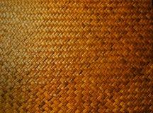 Esteira de lugar tecida bambu no fundo de madeira da tabela, contexto do vintage, textura, detalhe, teste padrão, close up Foto de Stock