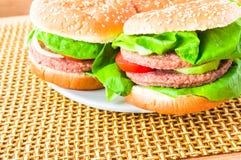 Esteira de madeira dos Hamburger da placa Imagem de Stock Royalty Free