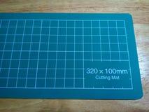 Esteira do corte na tabela de madeira imagem de stock