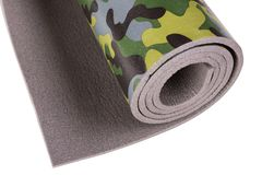 Esteira dobrada da aptidão, para a ioga ou para acampar, camuflada verde, no fundo branco isolado, foto macro foto de stock royalty free