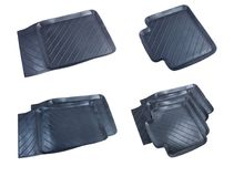 Esteiras de borracha pretas do carro isoladas em um fundo branco Imagens de Stock