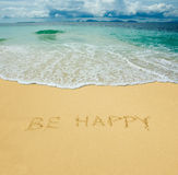 Esteja feliz escrito em uma areia foto de stock royalty free