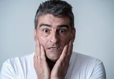 Esteja relacionado o homem adulto chocado assustado com uma expressão facial terrificada fotografia de stock