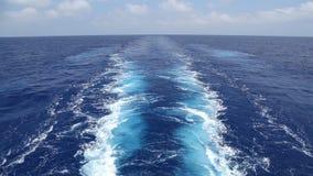 Estela de la nave en la agua de mar almacen de video