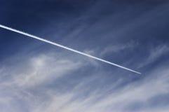 Estela de un avión Foto de archivo libre de regalías
