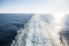 Estela de un barco de cruceros durante día azul claro Fotografía de archivo