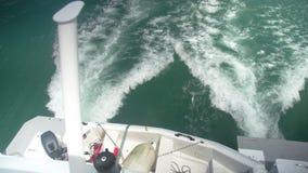 Estela del agua blanca creada por un watercraft almacen de video