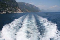 Estela del agua del barco Foto de archivo libre de regalías