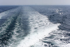 Estela del barco de cruceros en la superficie del mar Imágenes de archivo libres de regalías