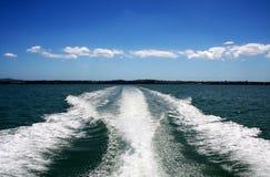 Estela del barco en el océano verde Imagenes de archivo